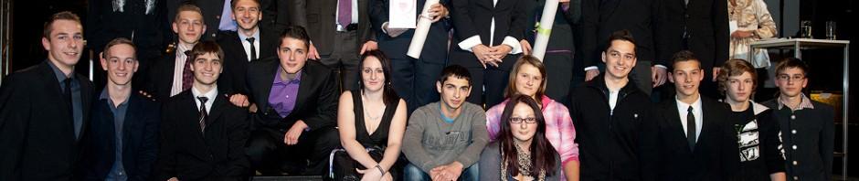 Gruppenfoto mit Ministerin Bures, DI Führlinger und Frau Krautz mit SchülerInnen und Lehrkräften des Projektes