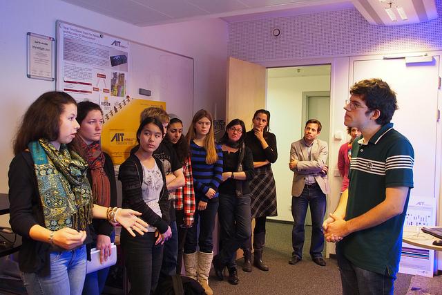 DI Oliver Zendel im Gespräch mit den Jugendlichen