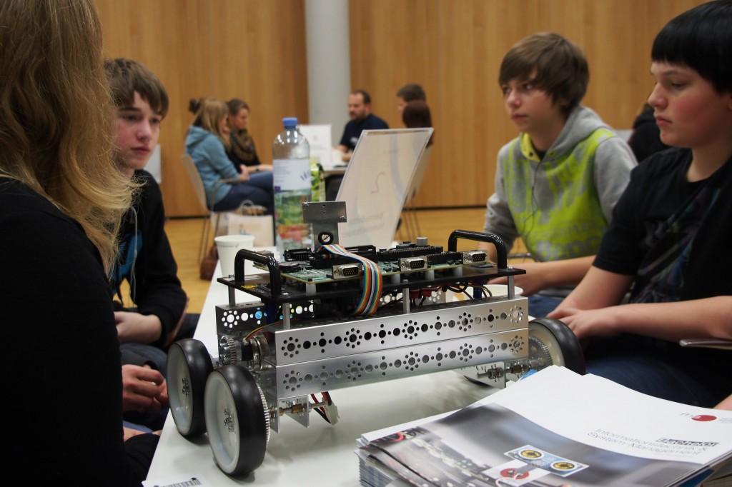 YO!tech Der Forschungsgegenstand wird von der Forscherin den Schülern präsentiert