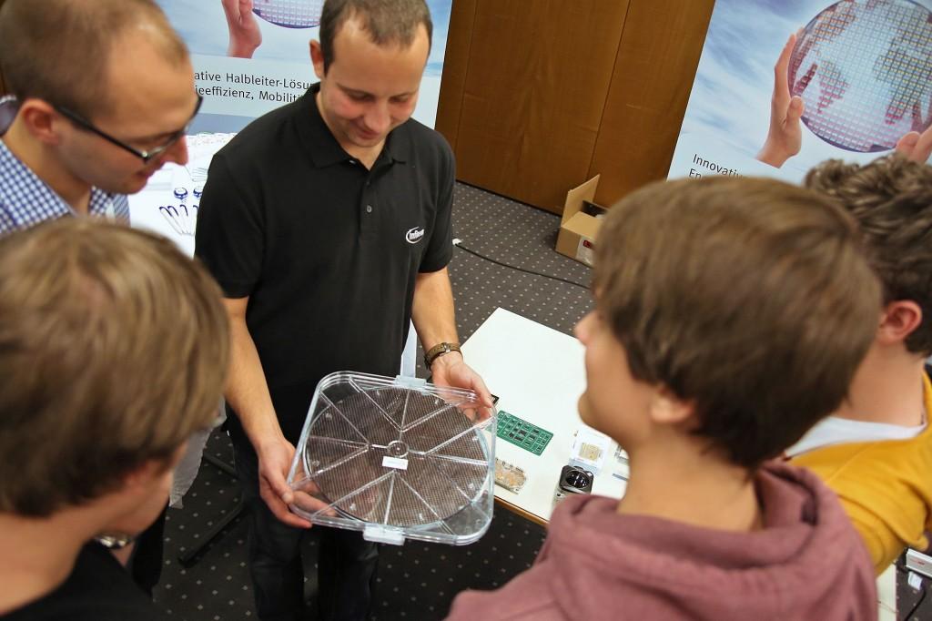 SchülerInnen und Unternehmensvertreter bei Invent a Chip
