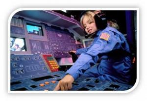 Jugendlicher sitzt am Cockpit eines Raumschiffs