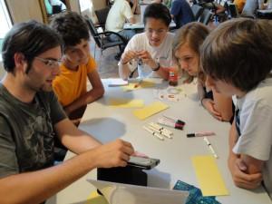 Forscher erklären Jugendlichen, mit welchen Themen sie sich tagtäglich beschäftigen und erzählen über ihren Arbeitsalltag