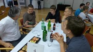 Peter Caldera im Gespräch mit den Jugendlichen