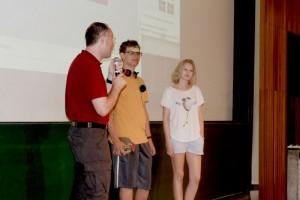 Dr. Gernot Grömer in Gespräch mit Benjamin Reichardt und Julia Thumfahrt , zwei von drei Jugendlichen, die beim JRP Amadee15 mitmachen