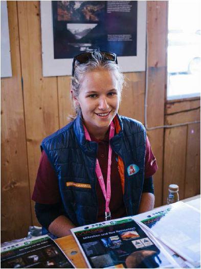 Helena erklärt anderen Besucherinnen das MASE Projekt