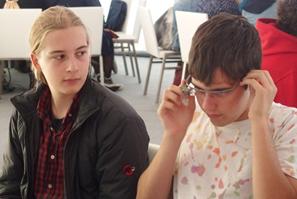 Schüler beim Testen der Google Glass-Brille