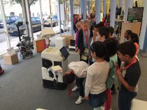 Kinder inspizieren einen Roboter