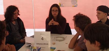 Der Forschungsbereich von Frau Ullrich ist Netzsicherheit. Für ihre Arbeit muss sie verstehen, wie man sich in Systeme hackt.