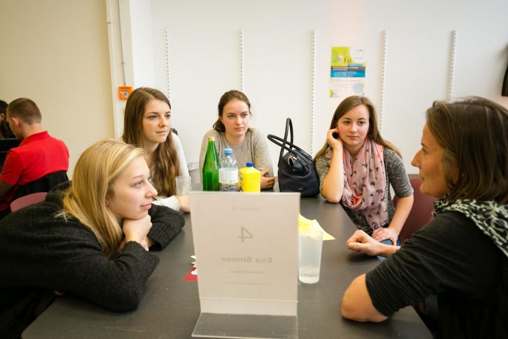 Eva Sinner im Gespräch mir Schülerinnen (Foto Credit: Cox Orange / Roland Unger)