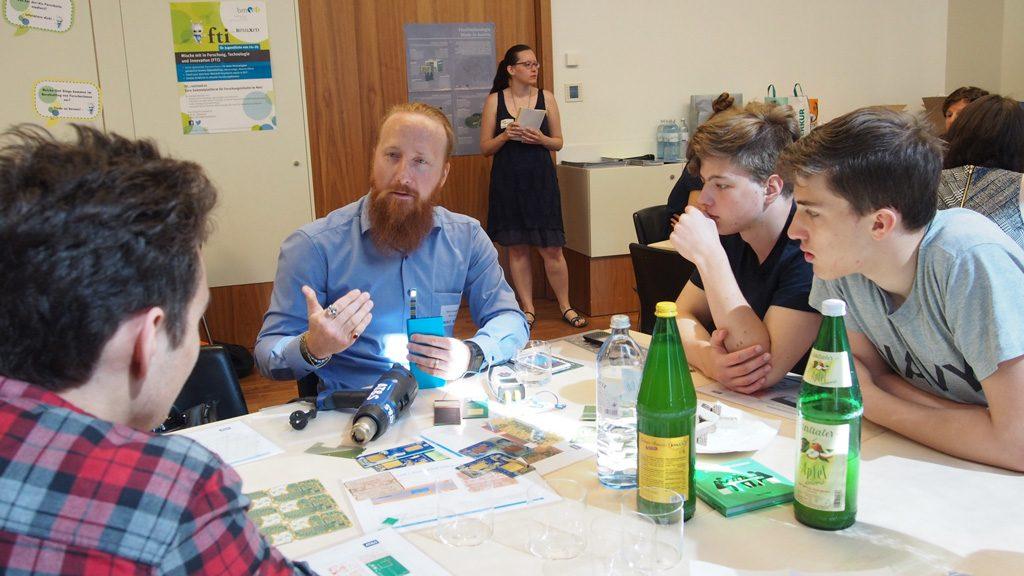 Marco Gavagnin in Gespräch  mit Jugendlichen