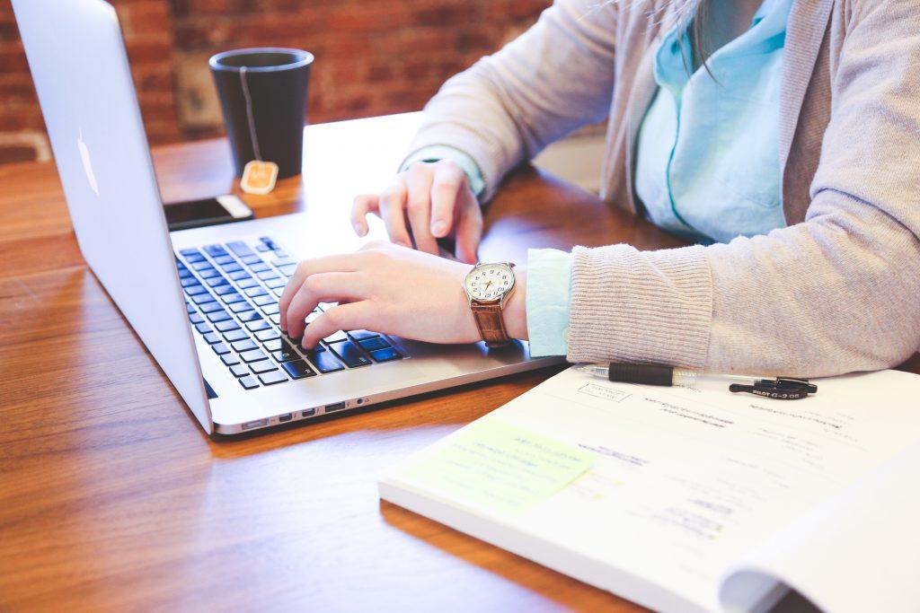 Datenschutzhinweis - Person schreibt Daten in seinen Laptop.