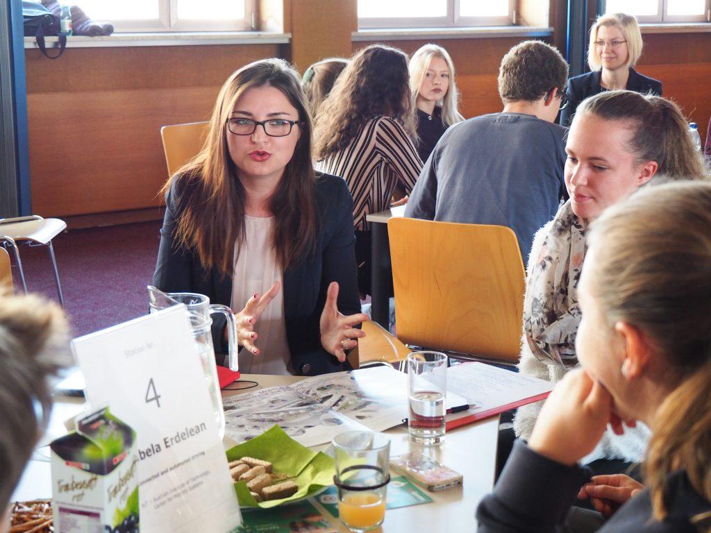 Forscherin Erdelean in Gespräch mit SchülerInnen