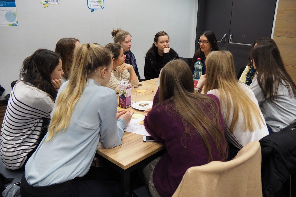 Forscherinnen unterhalten sich mit Schülerinnen