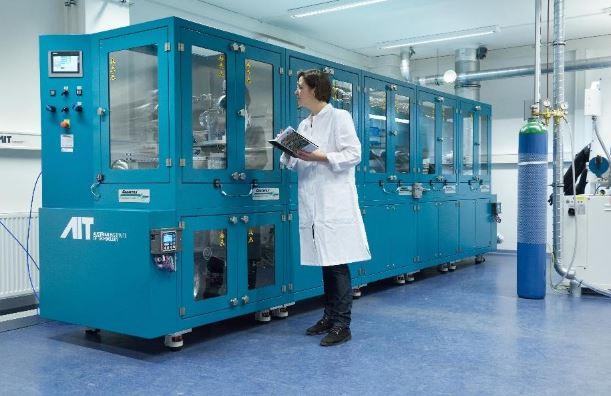 Frau Katja Fröhlich im Labor