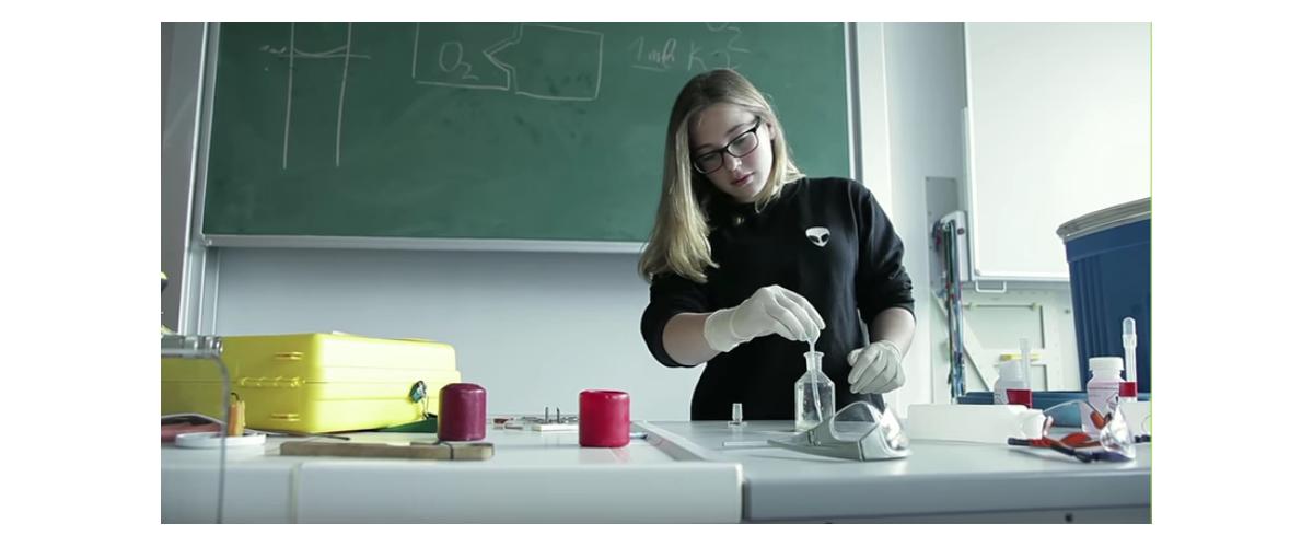 Mädchen präsentiert in der Klasse ein Experiment