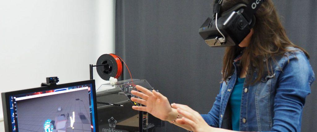 Mädchen probiert eine Anwendung mit einer Virtual Reality Brille aus