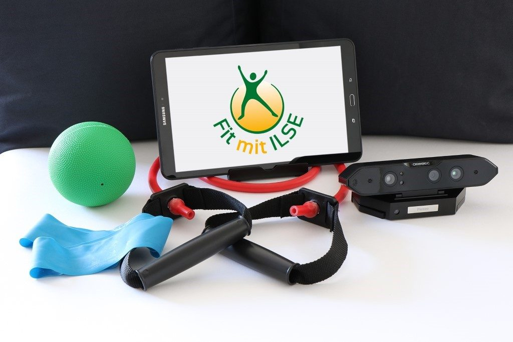 app-basiertes Trainingssystem: Fit mit Ilse. Besteht aus Tablet, 3D Tiefenbildkamera, Fitnessarmband