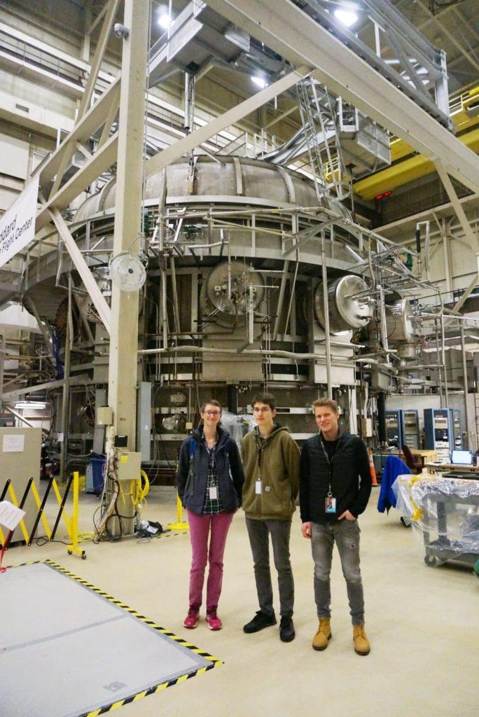 Andreas zu Besuch bei der NASA – im Hintergrund eine Vakuumkammer zum Testen von Satelliten(-Komponenten).