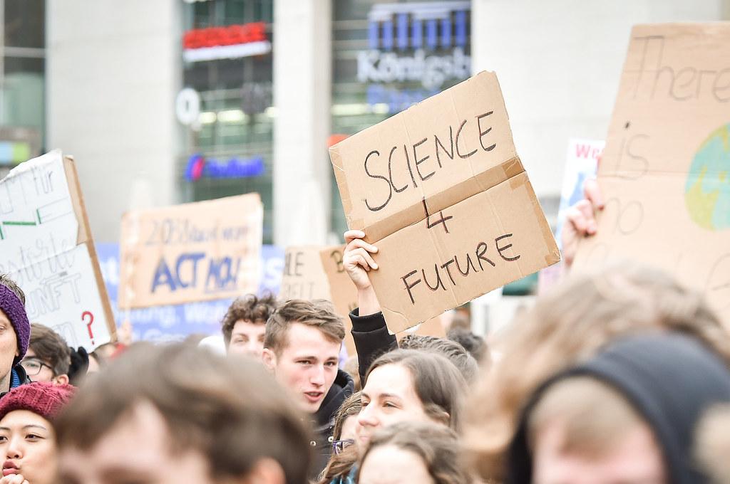 """""""Schulstreik_für_den_Klimaschutz - Marktplatz, Schlossplatz Stuttgart - junge Menschen demonstrieren für den Klimaschutz"""