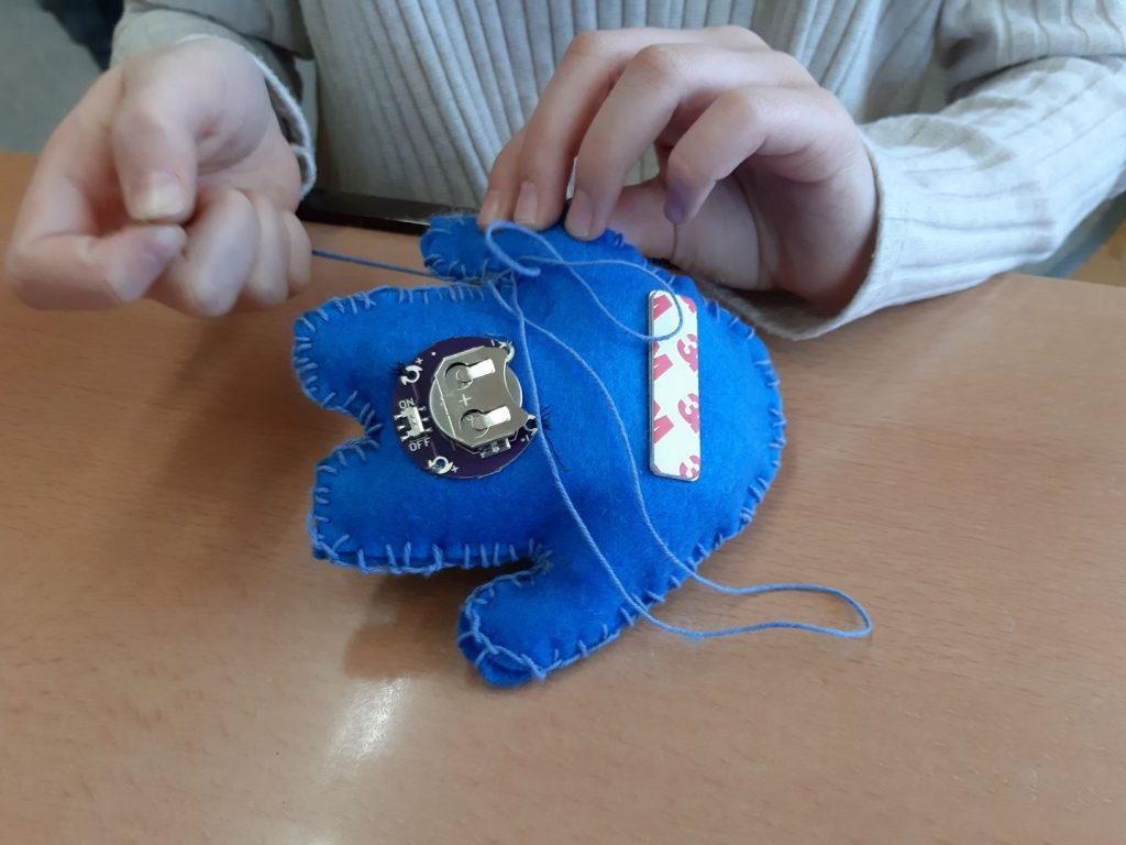 kids4wearables Volksschule Gmunden: blaues Monsterchen . Kindernähe basteln an einem blauen Monsterchen, Fotorechte: © IAT, Birgit Hofstätter