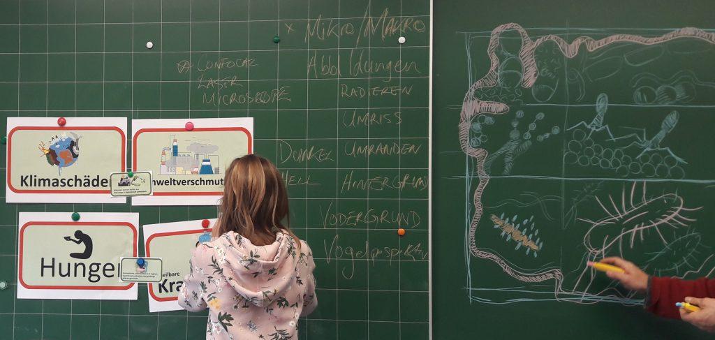 Miteinbindung von Schüler_innen im Projekt (hier eine Schülerin an der Schultafel)